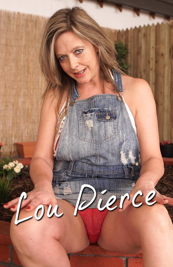 Fantastisch aussehende Lou Pierce zieht sich aus und spielt mit saggers